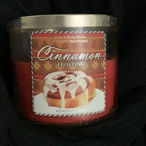 Bath and body works candle Cinnamon Frosting